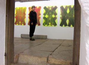 Maja Rieder vor ihren Werken 2019 in in der Galerie Rössli in Balsthal. (Foto: Eva Buhrfeind)