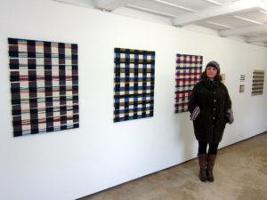 Helen von Burg 20121 vor ihren Werken in der Galerie Rössli, Balsthal. (Foto: Eva Buhrfeind)