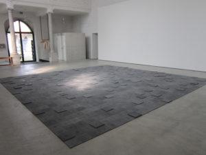 Zementplattenensemble «1029» von Romain Crelier im Haus der Kunst St. Josef, Solothurn. (Foto: Eva Buhrfeind)